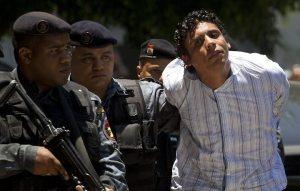 Traficante Nem, da Rocinha, é escoltado algemado por agentes da PF