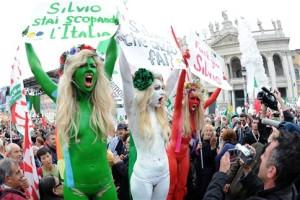 No cartaz verde Sílvio, estás a f**** a Itália