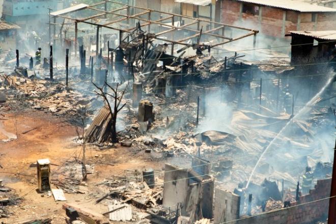Incêndio na favela do Moinho, no Centro de São Paulo, com duas mortes na contagem dos bombeiros
