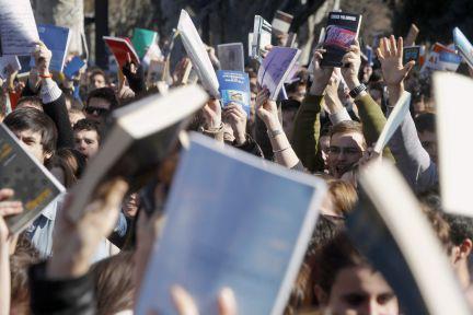 As armas dos estudantes...