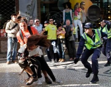 Jornalista Patrícia Moreira, da France Press, covardemente agredida pela polícia. Levou várias cacetadas