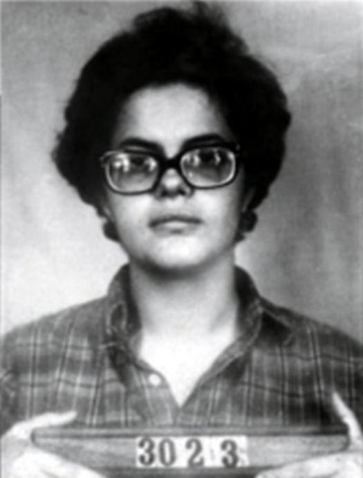 Dilma Rousseff presa. Os adversários exibiram esta foto em um panfleto anônimo na campanha presidencial. Resultado: Dilma subiu nas pesquisas. Consolidou sua vitória.