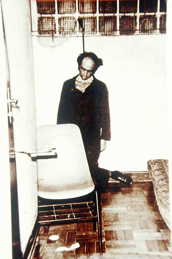 Foto da simulação do suicídio do jornalista Vladimir Herzog nos porões da ditadura militar