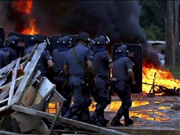A polícia destruiu as casas de 7 mil moradores. Uma ocupação militar com espancamentos, prisões, estupros, feridos  e denúncias de mortes