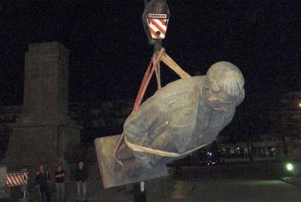 Operários retiran a estátua de Stalin na Geórgia, sua terra natal