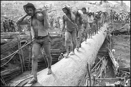 Fotos de Serra Pelada. Milhares e milhares de garimpeiros no trabalho desumano de desencantar o ouro que enriqueceu os piratas