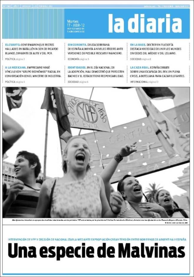 Manifestantes muestran su apoyo a las medidas relacionadas con la petrolera YPF anunciadas por la presidenta Cristina Fernández de Kirchner, durante una manifestación en la Plaza de Mayo en Buenos Aires