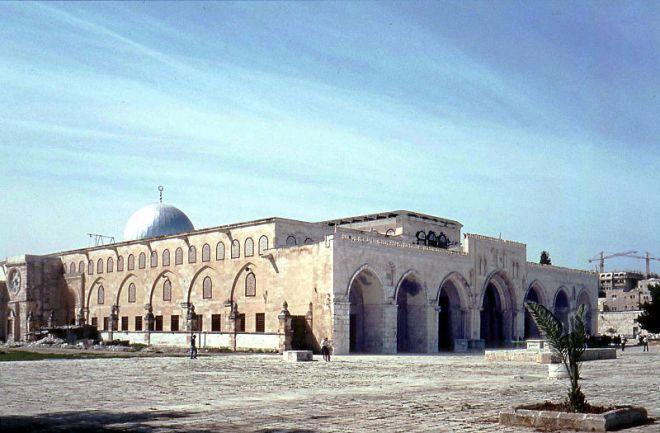 A primeira sede dos Cavaleiros Templários, a Mesquita de Al-Aqsa, em Jerusalém, o Monte do Templo. Os Cruzados chamaram-lhe de o Templo de Salomão, como ele foi construído em cima das ruínas do Templo original, e foi a partir desse local que os cavaleiros tomaram seu nome de Templários
