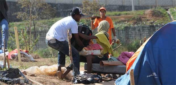 Mulher paralítica sendo levado para a terra garantida pelo desembargador Afrânio