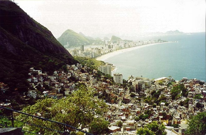 Maré, o maior complexo  de favelas do Rio, com a riqueza do verde do que resta da Floresta Atlântica e o azul do céu e do mar