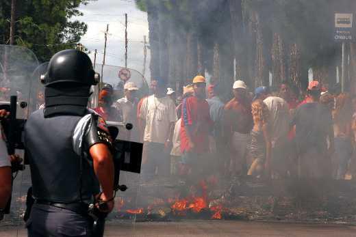 Polícia Militar de Alckmin expulsam de Pinheirinho, em São José dos Campos,  milhares de trabalhadores que recebem o salário mínimo do mínimo