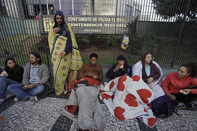 Trinta estudantes da Unifesp realizam vigília cívica em frente à sede da Superintendência da PF