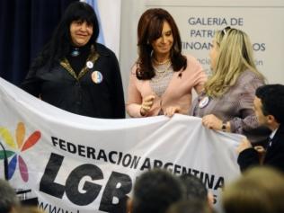 """A presidente argentina Cristina Fernández de Kirchner promulga  a lei que habilita o casamento gay, o que torna a sociedade do país """"mais igualitária"""""""