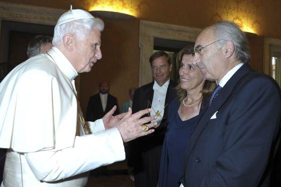 Benedicto XVI fala com Gotti Tedeschi no Vaticano em 2010
