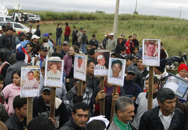 Camponeses marcham com os retratos dos camponeses massacrados na fazenda de Blas Riquelme