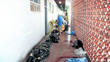 Os corpos dos onze camponeses mortos foram transportados na carroceria de um caminhão e jogados no chão de um quartel