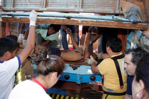 Los cadáveres de los campesinos fueron trasladados en un camión de carga