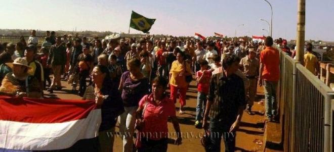 Marcha sobre el Puente de la Amistad, en la frontera con Brasil.