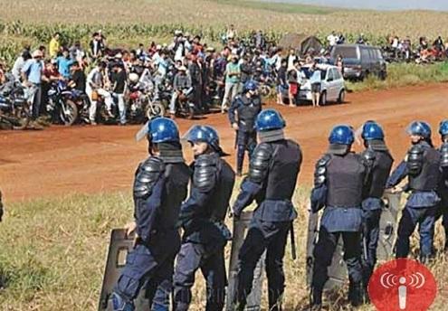 O enfrentamento aconteceu após a chegada do Grupo Especial de Operações da Polícia Nacional (GEO), vindos de Cidade do Leste, fronteira com foz do Iguaçu, para o cumprimento do mandando judicial de desapropriação das terras invadidas