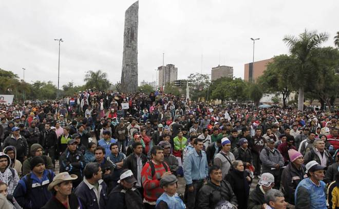 Pobre povo pobre do Paraguai, em vigília democrática, pacífica, enquanto o Congresso vota o golpe