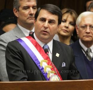 O usurpador Federico Franco com a faixa presidencial