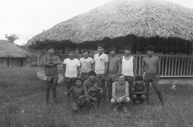 Egydio e Waimiri Atroari na aldeiaYawara. Roraima, Brasil, 1985