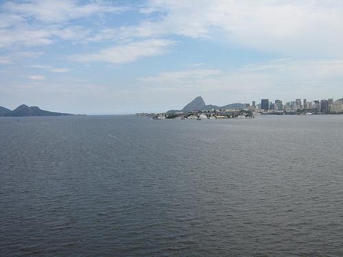 Entrada a la Bahía de Guanabara, en apariencia deslumbrante, vista desde el puente que une Río de Janeiro con Niterói.  Crédito: Crédito: Mario Osava/IPS