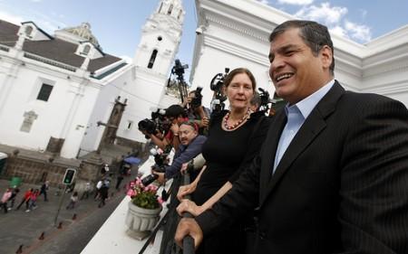 Christine Assange, madre del fundador de WikiLeaks, y el presidente Rafael Correa, en el balcón del Palacio de Carondelet. Foto: Presidencia