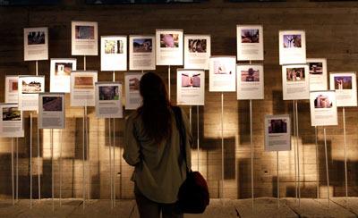 Fotos de desaparecidos le dan forma a una instalación del Museo de la Memoria chileno.