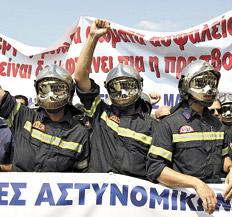 Bomberos griegos uniformados toman parte de la protesta de ayer en Salónica