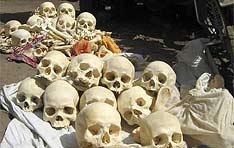 """Polícia indiana descobre """"fábrica de ossos"""" humanos na região de Bengala e prende seis pessoas por furto de cadáveres e tráfico ilegal de esqueletos. UOL, 25. 05.2007"""