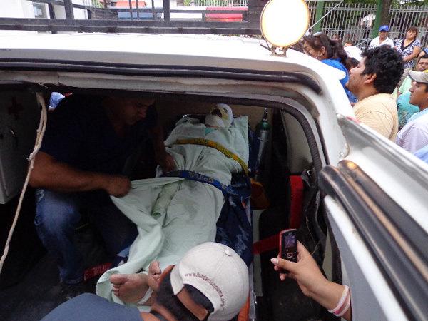 El periodista Fernando Vidal es trasladado a una clínica en la ciudad de Santa Cruz.