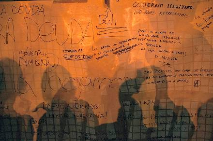 Papel contínuo con alusiones a la deuda y a la reforma laboral frente al Congreso de los Diputados, Madrid, 23 de octubre. Foto Álvaro Minguito