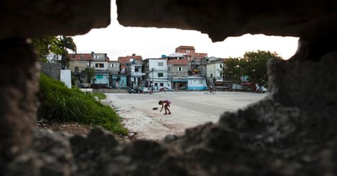 Buraco de entrada na favela São Remo via muro da USP