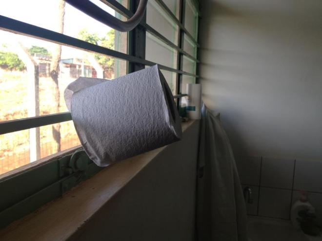 Acontece o mesmo no gabinete sanitário dos médicos. Com panorâmica vista para quem está dentro e fora...