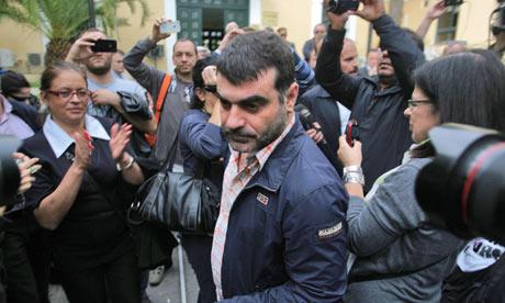 Kostas Vaxevanis, herói nacional, aplaudido pelos gregos
