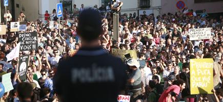 Manifestantes concentrados à frente da Assembléia da República