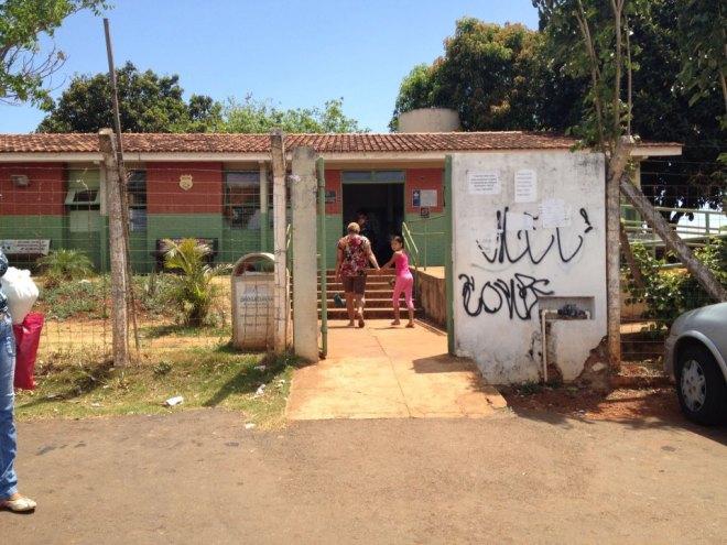A fachada espelha o interior do posto de saúde. Para as autoridades, o povo não coisa melhor. Na verdade, comparando com milhões de moradias nas favelas, o posto é um verdadeiro luxo