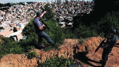 Polícias na favela de Paraisópolis durante uma operação na terça-feira Nacho Doce:Reuters