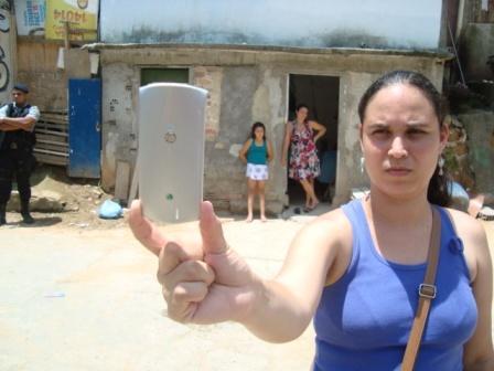 Mariana Albanese, minutos antes de ser impedida de exercer sua reportagem. Um policial tomou, na marra, seu celular, que foi jogado no chão e pisado