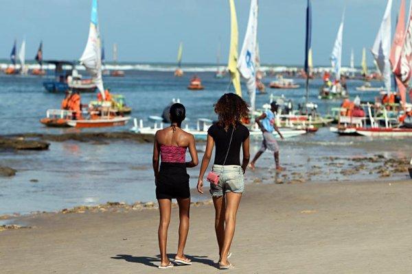 Adolescentes na praia de Porto de Galinhas em Pernambuco