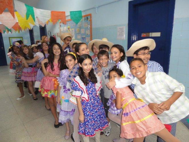 Alunos em festa junina. Aprendizado do folclore brasileiro