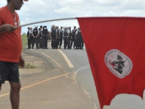 A polícia aparece para impedir qualquer manifestação. Em defesa da ordem pública. E o tráfico corra livre...