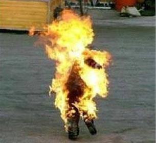 #Malaga escalofriante imagen del hombre que se quemó a lo bonzo  por problemas económicos #StopGenocidio Financiero