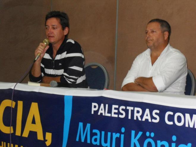 Mauri  (camisa listada), nestes tempos de exílio e terrorismo policial, vem realizando palestras em vários países