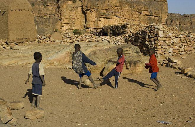 O esporte preferido é o futebol, que as crianças jogam com bola de pano