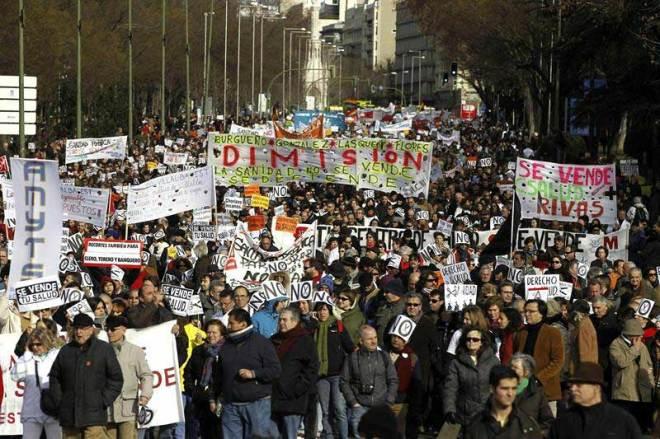 Participantes en la manifestación para protestar contra las privatizaciones de la sanidad aprobadas por el Gobierno madrileño.