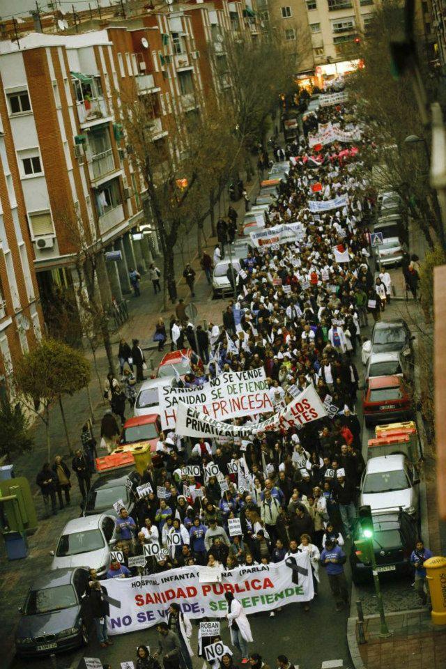 Passeata em Madri contra a privatização da saúde e de apoio à greve dos médicos. Manifestação impossível de acontecer no Brasil.