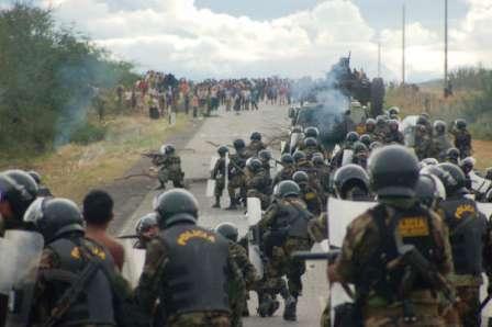 Chacina de Eldorado do Carajás. Antigo distrito de Curionópolis. Momento em que a Polícia Militar do Pará inicia os primeiros disparos contra trabalhadores desarmados