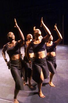 Las cuatro bailarinas de la compañía Tché Tché: Nadia Beugré, Nina Kipre, Flavienne Lago y la misma Kombé. Fuente: Dance View Times.